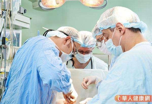 傳統的主動脈瓣膜置換手術仍是主流,手術的方式是全身麻醉,需切開胸骨、停止心臟跳動,並有體外心肺循環機,在體外循環下進行,將原來的瓣膜切除,用生物瓣膜或機械瓣膜置換。(圖/華人健康網)