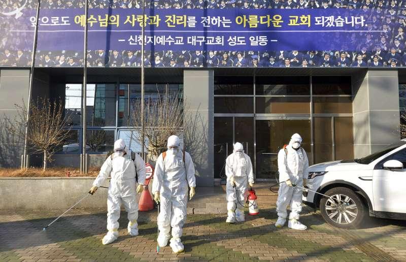 新冠肺炎、南韓武漢肺炎疫情延燒,20日出現死亡首例,一天之內暴增53例確診,累計104例。圖為大邱市新天地耶穌教會消毒。(AP)