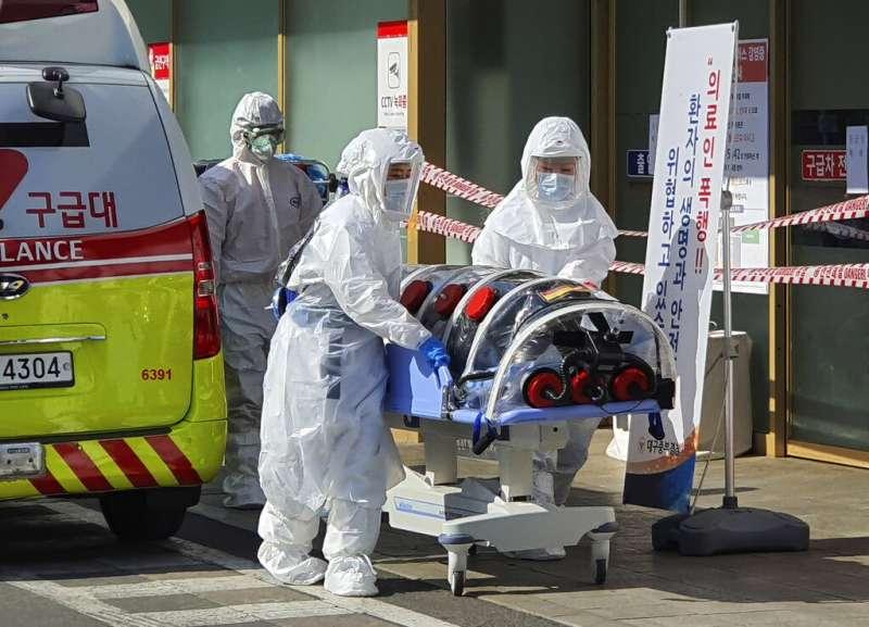 新冠肺炎、南韓武漢肺炎疫情延燒,20日出現死亡首例,一天之內暴增53例確診,累計104例。(AP)
