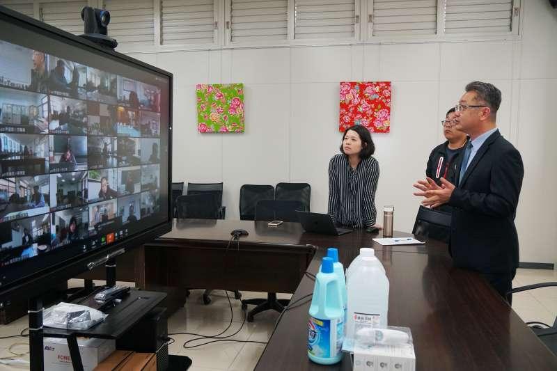竹縣府教育處長劉明超(右一)利用視訊會議進行相關防疫宣導。(圖/新竹縣政府提供)
