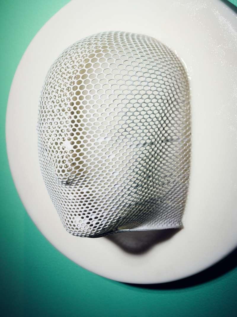 這個防輻射面罩改裝成的燈罩作品超過100萬次點閱。(圖/Wired.com)