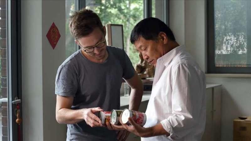 紀錄片訪問番茄糊公司老闆,老闆是一名中國商人(右)。(圖/公視)