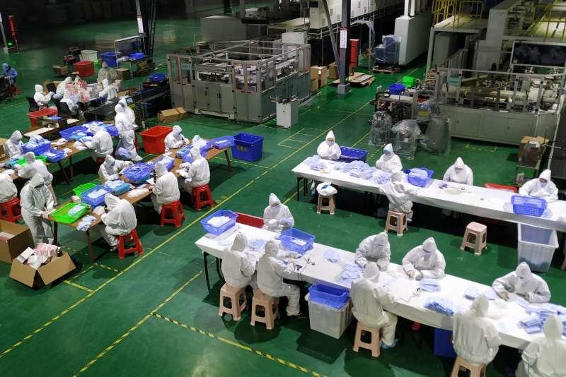 新冠肺炎、武漢肺炎疫情下的中國經濟,福建莆田樂澄(中國)生活用品有限公司轉產後在生產口罩。(新華社)