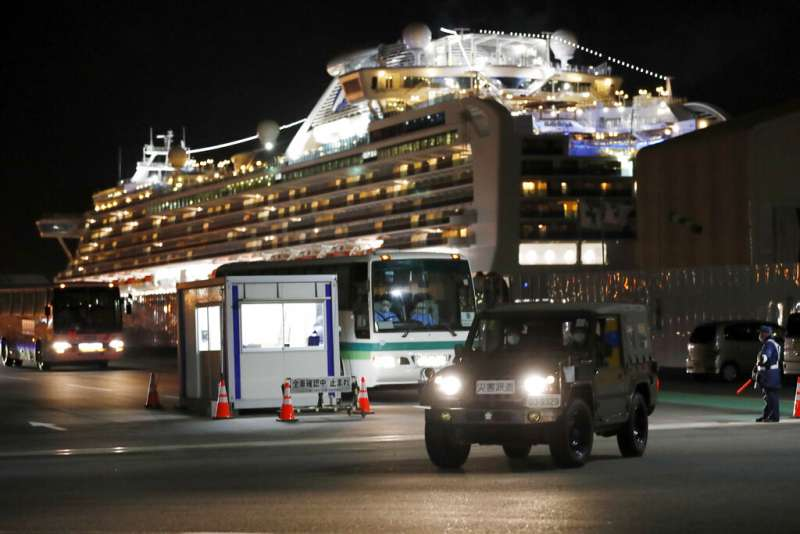 鑽石公主號陸續上檢查結果陰性的旅客下船。(美聯社)