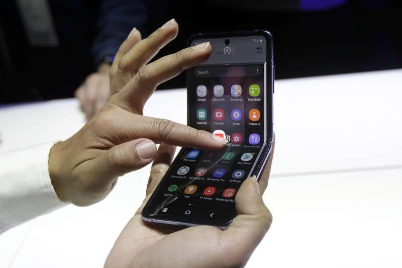 2020年2月,南韓三星電子推出可折疊式手機(AP)