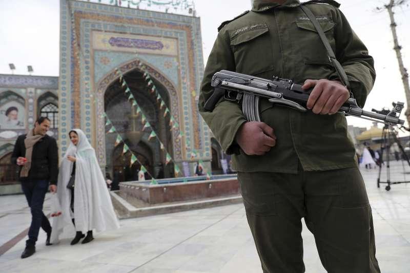 伊朗的武漢肺炎確診案例快速增加。伊朗21日舉行國會大選,但仍有許多人沒有配戴口罩。(AP)