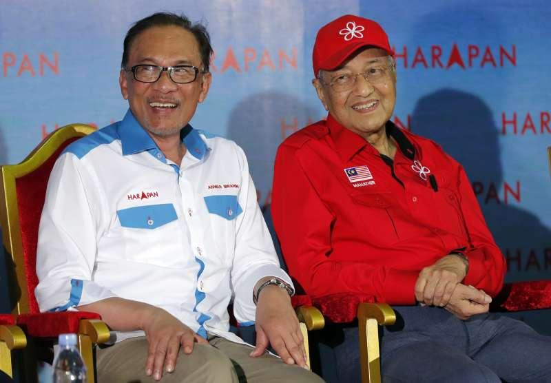 馬來西亞總理馬哈地(Mahathir Mohamad,右)與「接班人」安華(Anwar Ibrahim),攝於2018年10月8日(AP)