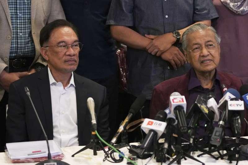 2020年2月22日,馬來西亞總理馬哈地(Mahathir Mohamad,右)與「接班人」安華(Anwar Ibrahim)合影(AP)