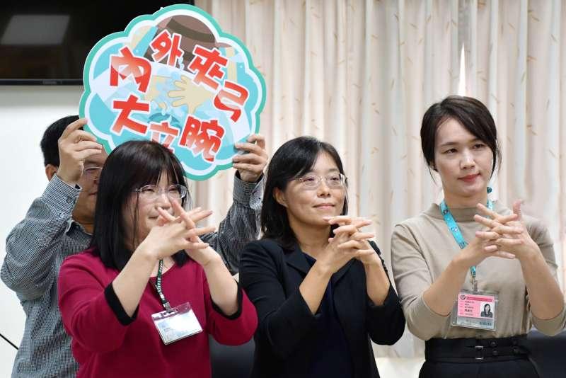 高醫大護理系衛教團隊示範正確洗手步驟。(圖/徐炳文攝)
