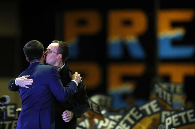 美國總統候選人布德賈吉在造勢晚會上與丈夫擁抱。(AP)