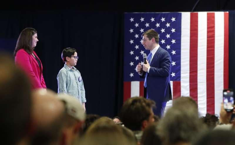 9歲小男孩查克瑞在美國總統候選人布德賈吉的造勢晚會上,向他尋求如何出櫃的建議。(AP)