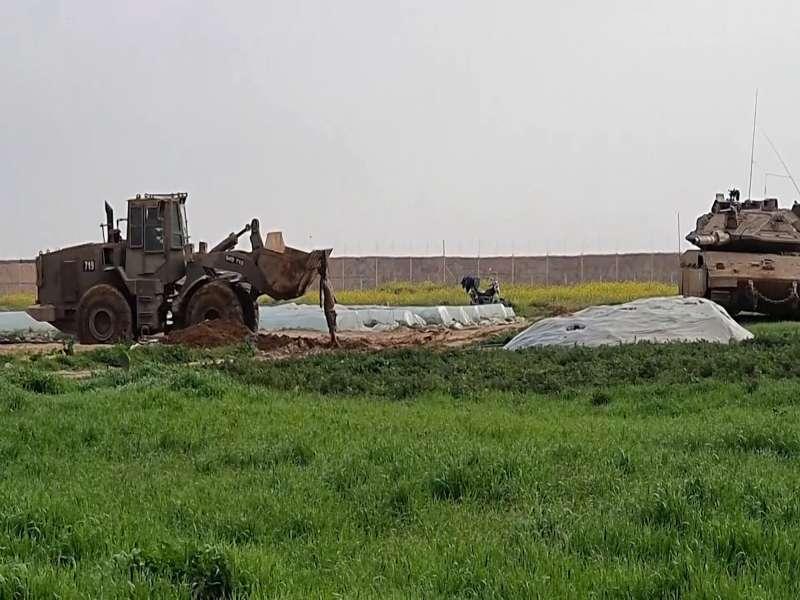 以色列國防軍出動推土機和坦克搶奪巴勒斯坦武裝組織成員遺體。(美聯社)