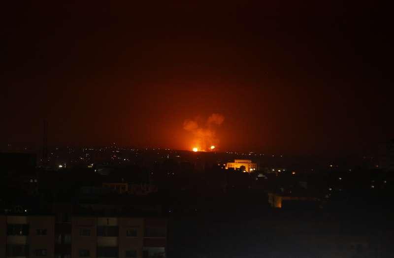 「巴勒斯坦伊斯蘭聖戰運動」(PIJ)朝以色列進行報復攻擊後,以色列也對加薩地區空襲。(美聯社)