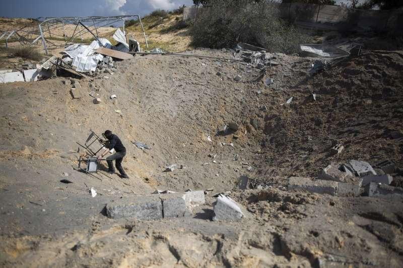 以色列空襲後,巴勒斯坦人確認財物損失。(美聯社)