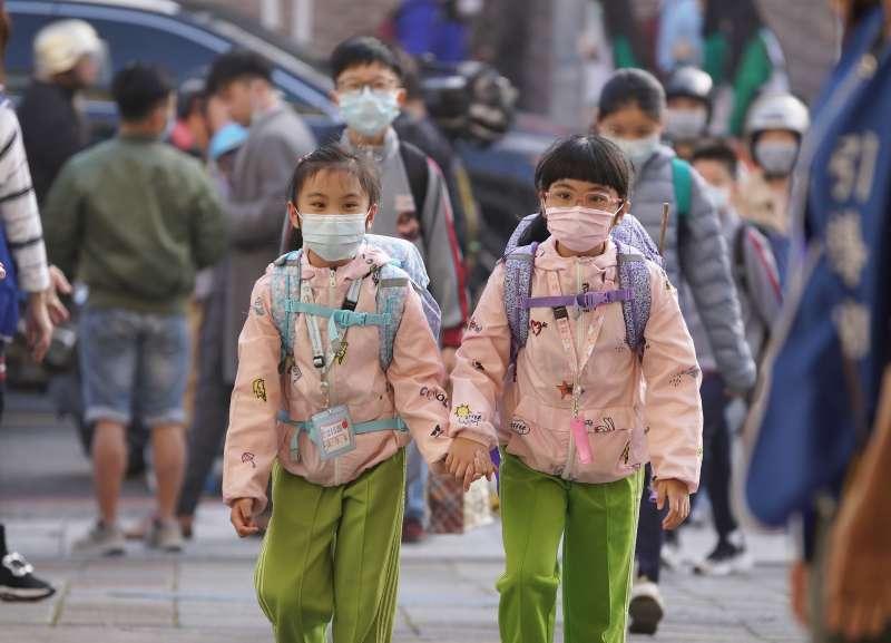 20200225-開學日,小學生戴口罩上學。(盧逸峰攝)