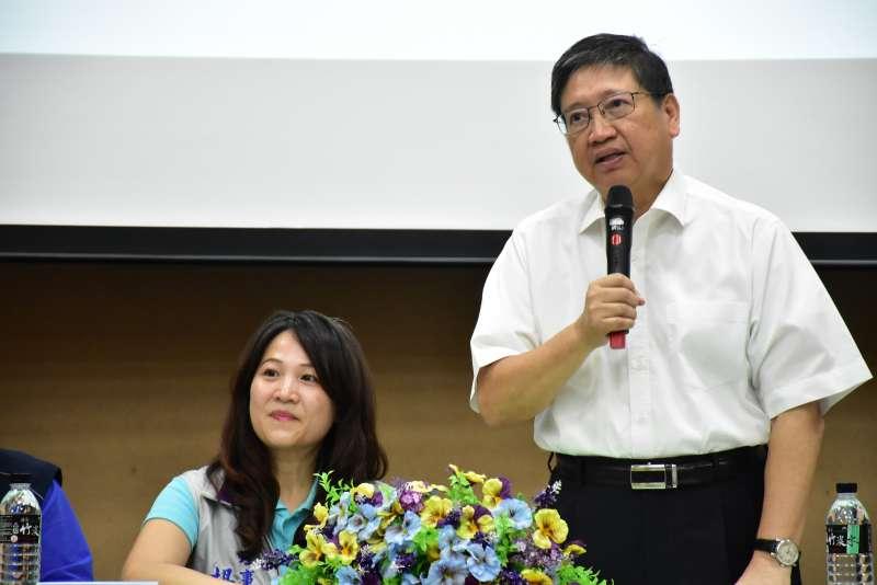縣長楊文科期許新任教育處長楊郡慈(左)從體制外家長的角度去看教育的方向及方針。(圖/新竹縣政府提供)