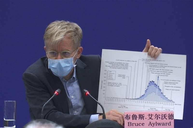 WHO高級顧問布魯斯.艾爾沃德在北京說明疫情。(美聯社)