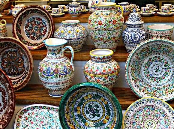 1繽紛的塞維亞陶瓷器物,是許多人到當地首選的紀念品。 (圖/瘋設計)
