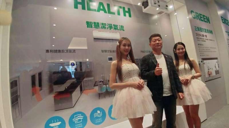 皇普建設董事長蘇永平(左2),共同對抗武漢疫情健康意識抬頭,選用與醫院無塵室同級正負壓清淨設備。(圖/徐炳文攝)