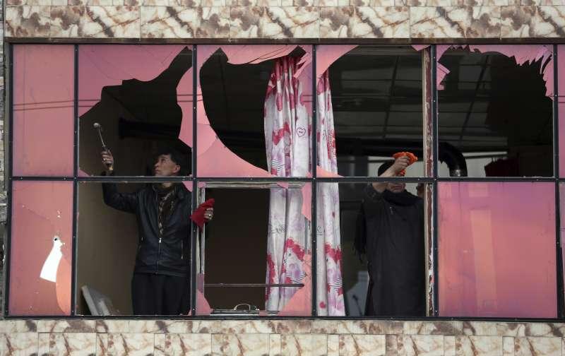 阿富汗民眾修復因砲轟而損毀的家園。(AP)