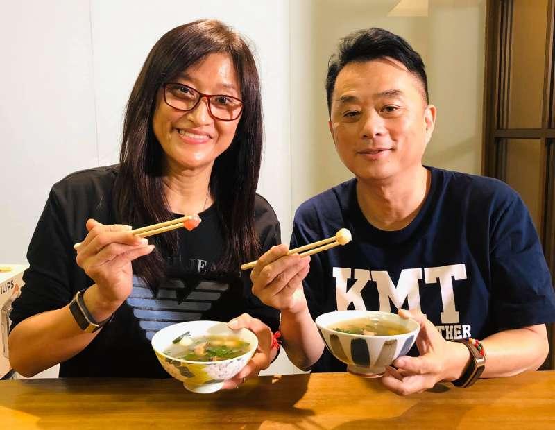 20200228-國民黨新科立委魯明哲(右)當年迎娶有「醬油西施」之稱的老婆汪玉仙(左),日前在冬至時更在臉書曬出和老婆吃湯圓的照片。(取自魯明哲臉書)