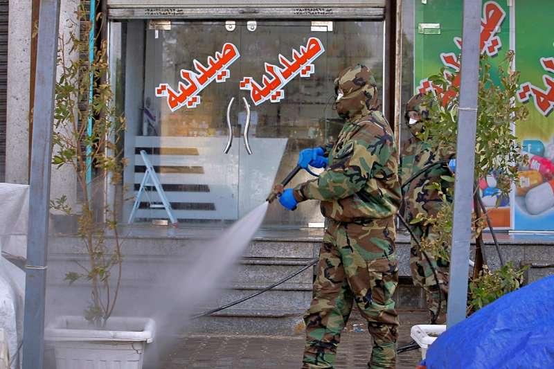 武漢肺炎(新冠肺炎)疫情在伊朗快速爆發,恐影響整個中東。圖為伊拉克軍人協助消毒街道。(AP)