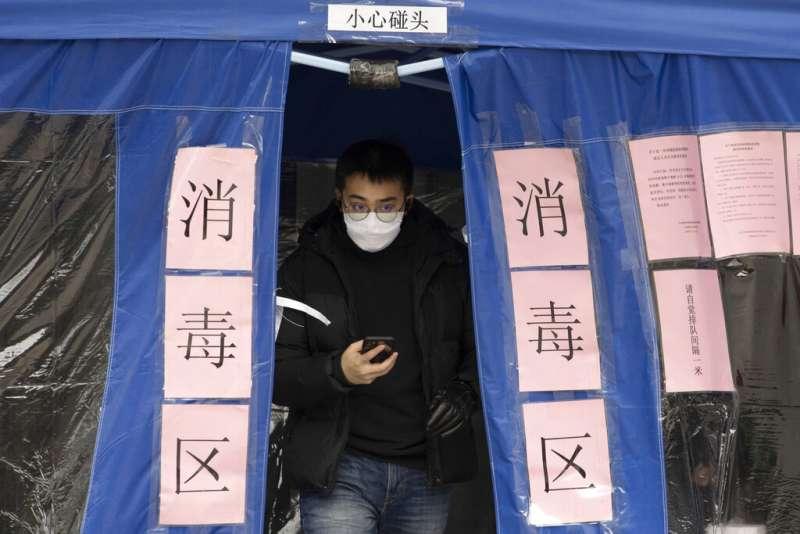 中國連日新增確診人數下降,疫情出現趨緩跡象。圖為北京的防疫狀況。(美聯社)
