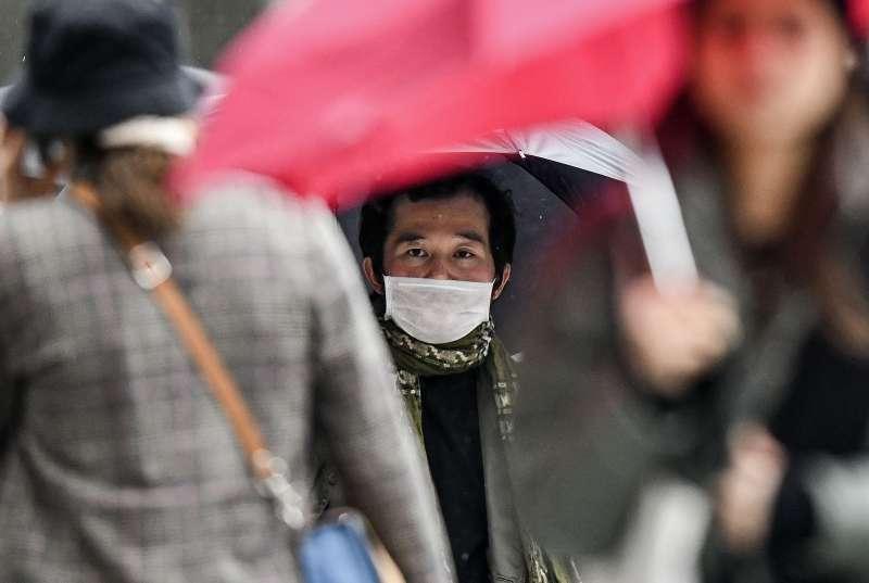武漢肺炎疫情升溫,德國杜塞道夫一名男子戴著口罩(美聯社)