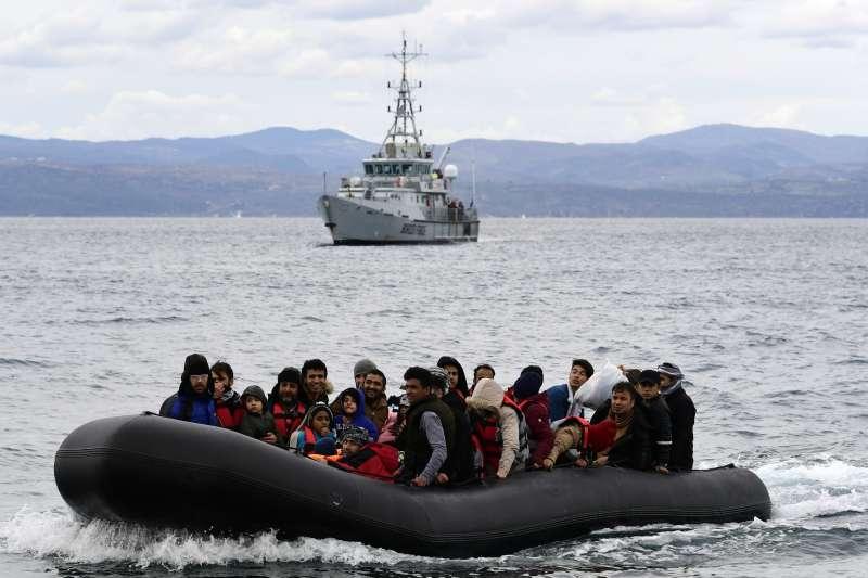 敘利亞伊德利卜省戰況激烈,土耳其宣布開放邊境,大批難民正準備從海路逃往歐洲。(AP)