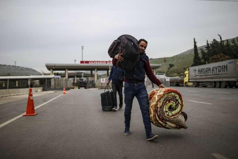 敘利亞伊德利卜省戰況激烈,土耳其宣布開放邊境,敘利亞難民正準備經陸路逃往歐洲。(AP)