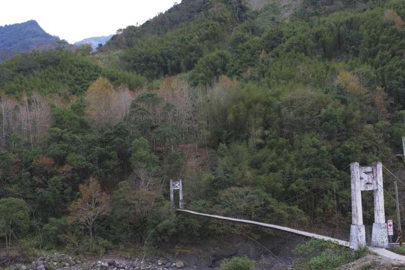 往鎮西堡半路上、秀巒檢查哨附近的吊橋,是通往著名景點「霞客羅步道」的入口之一。 圖/flickr jimmy chua