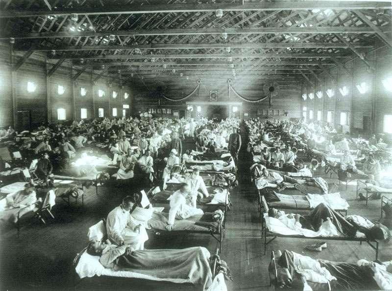 美國堪薩斯州賴利堡的軍營醫院,病房內被感染西班牙型流行性感冒的軍人塞滿。圖/維基百科