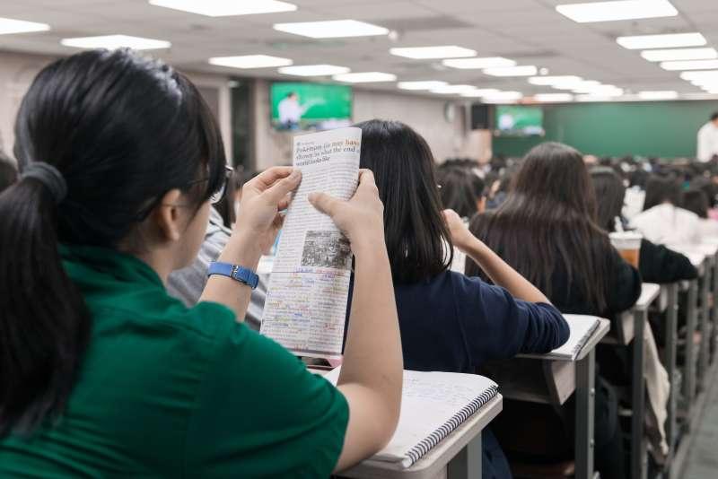 除了廣泛閱讀,還要多和老師、同學討論,培養思辨論述的能力。(圖/張維英文提供)