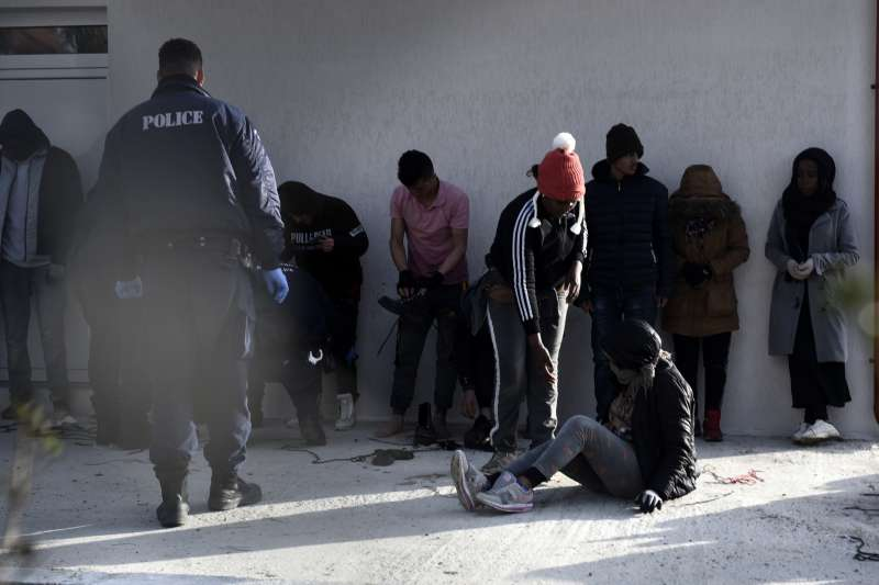 希臘當局逮捕偷渡難民。(美聯社)