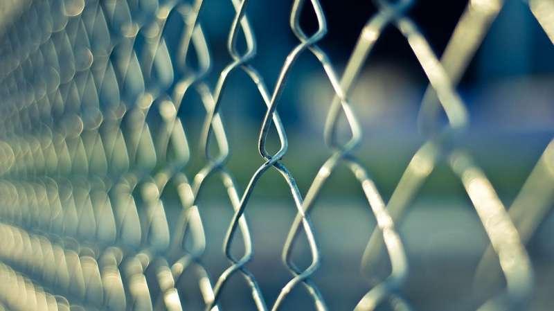 在隔絕的環境中,心靈的摧殘往往難以忍受。(取自pixabay)