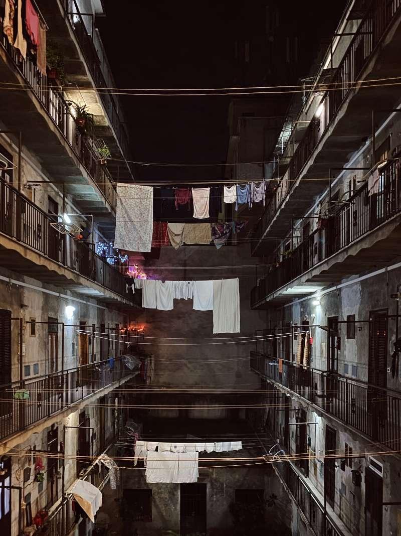 20200304Andrei作品構圖精美,有著非常好的對稱性,而且不以陳腔濫調傳達出一個關於擁擠的城市空間和眾人生活方式的迷人故事。(圖片取自:Apple/Andrei-Manuilov攝)