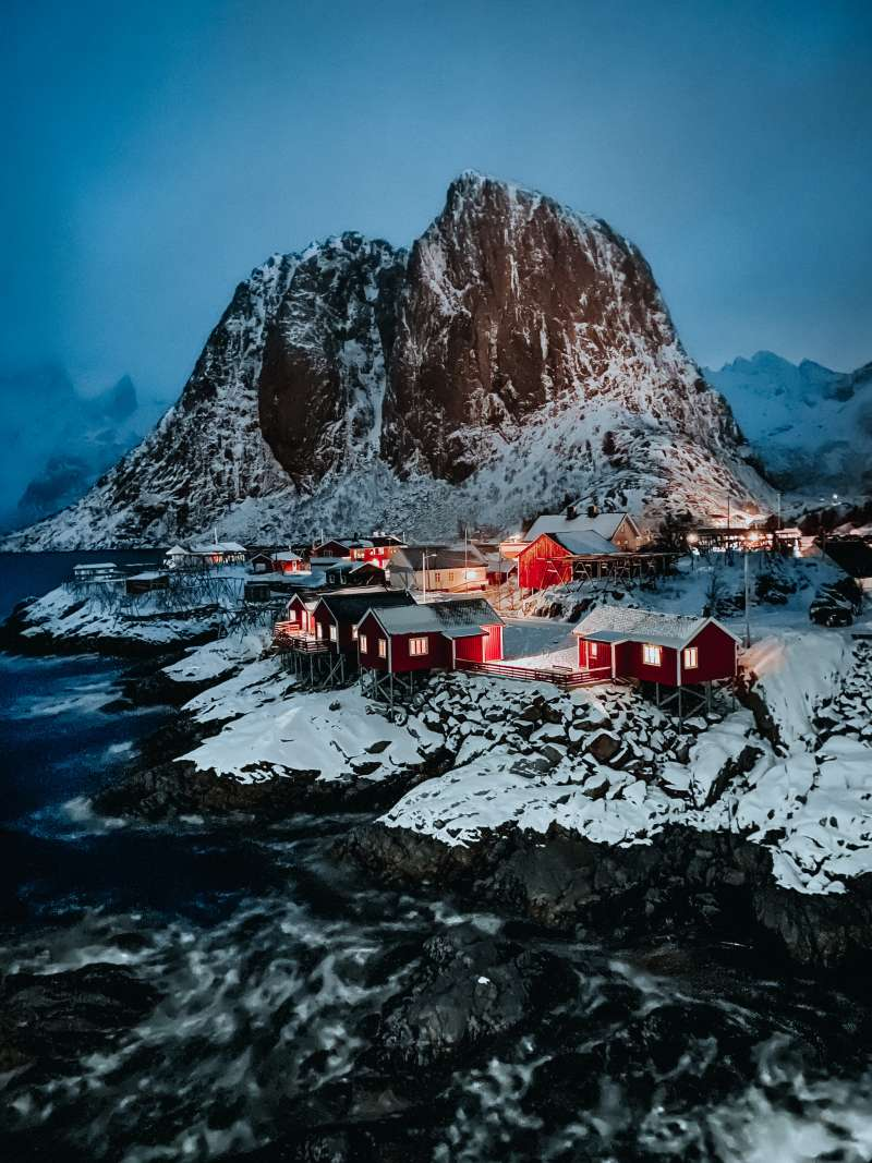 20200304Rustam藉著紅色小屋的燈光和磚石,在冰天雪地中帶來一絲溫暖的感覺。照片中的分層也技巧地營造出構圖深度。(圖片取自:Apple/Rustam-Shagimordanov攝)