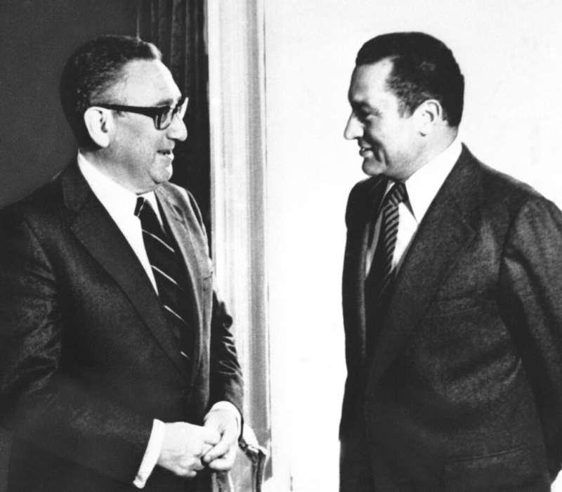1980年,時任埃及副總統的穆巴拉克與美國國務卿季辛吉。(美聯社)