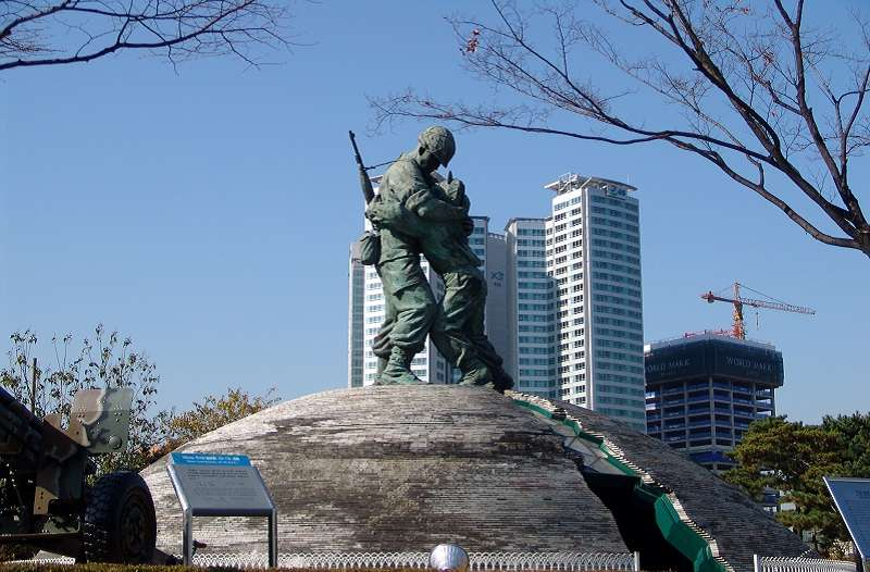 韓國戰爭紀念館戶外展示區的兄弟雕像(Danleo~commonswiki∕維基百科)