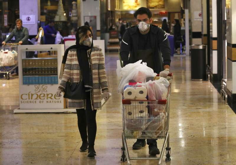 伊朗疫情不斷攀升,德黑蘭的民眾也紛紛戴上口罩。(美聯社)