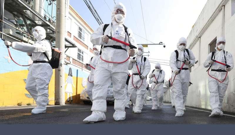 武漢肺炎疫情肆虐,南韓慶山街頭正在加強消毒工作。(美聯社)