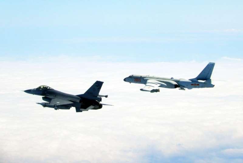 我軍F-16戰機(左)掛載飛彈,全程伴飛監控跨越海峽中線的共軍轟6機(右)。(國防部提供)