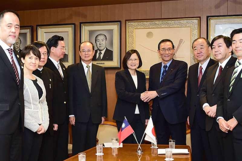 前國安會諮詢委員林成蔚(左一)接下國防院執行長一職,希望能藉由他對日本的了解,打開對日軍事交流的「機會之窗」。(翻攝自蔡英文臉書)