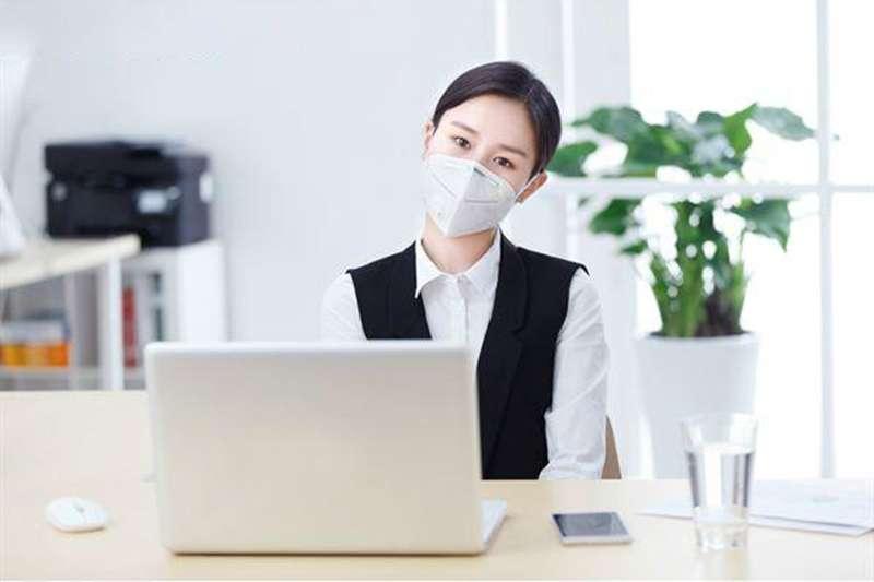 長時間配戴口罩之所以會讓人容易感到呼吸困難,是因為戴口罩悶住口鼻會使民眾每次呼吸時,鼻子的進氧量下降。(圖/華人健康網)