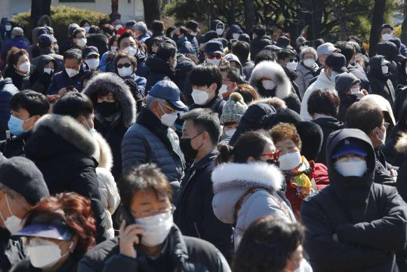 南韓首爾購買口罩的民眾大排長龍。(美聯社)
