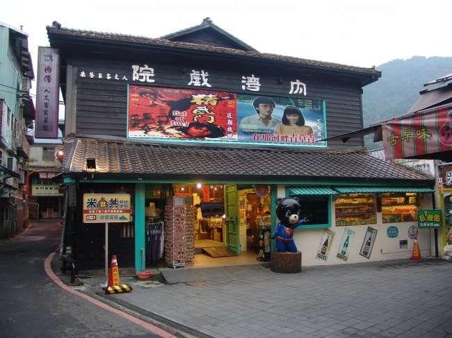 內灣戲院由內而外皆為木頭打造而成,後來翻修後增添時尚感。(圖/內灣戲院人文客家菜餐館)