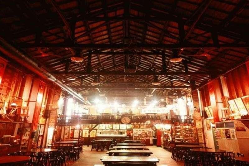邊用餐邊享受懷舊電影,戲台上的大舞台引人注目。(圖/內灣戲院人文客家菜餐館)