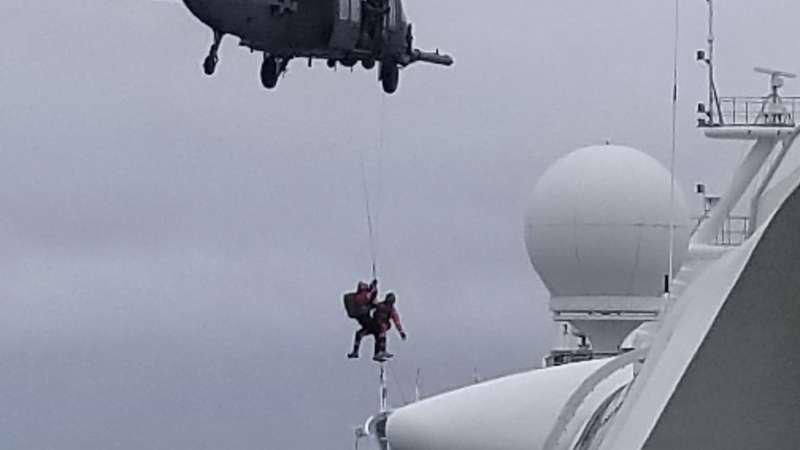 美國當局在5日派軍用直升機將武漢肺炎的檢測試劑盒送到至尊公主號(美聯社)