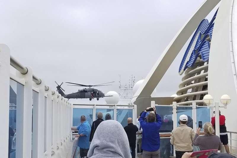 美國當局在5日派軍用直升機將武漢肺炎的檢測試劑盒送到至尊公主號,船上乘客紛紛出來觀看拍照(美聯社)