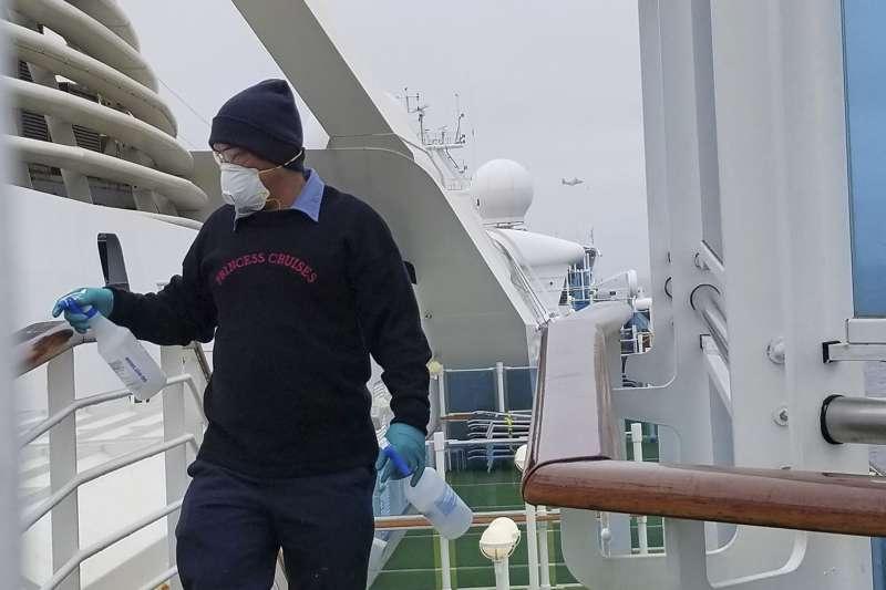 至尊公主號工作人員在船上消毒(美聯社)